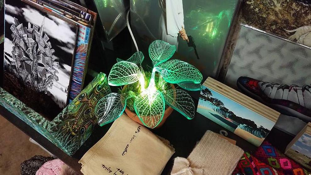 artista crea delle piante sempreverdi fosforescenti che si illuminano al buio